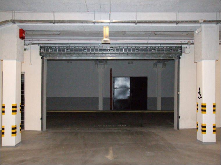 Bejárati biztonsági rács nyitott helyzetben