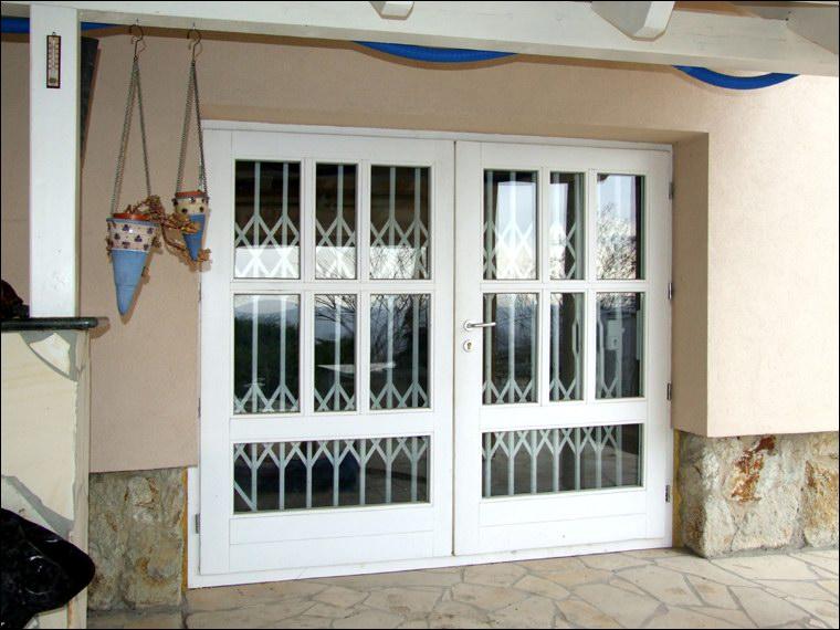 Ollós rács az ajtó mögé szerelve is védelmet nyújt.