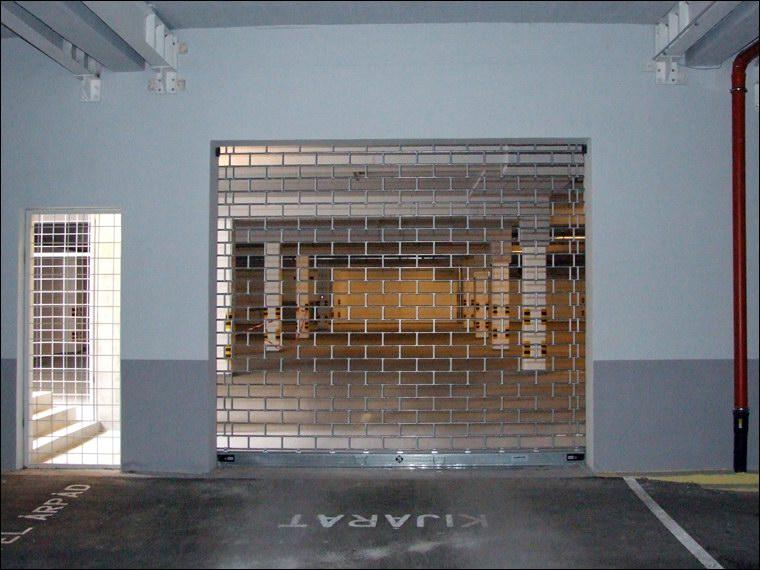 Hotel Árpád kijárati biztonsági rács zárt helyzetben