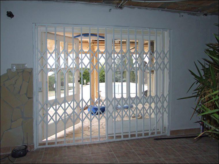 MABISZ minősített biztonsági rács belülről, zárt helyzetben